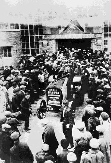 17 июня 1930 года Сталинградский тракторный завод выпустил первый трактор — СХТЗ 15/30 (СТЗ-1, на фото). Он был собран на основе американской модели McCormick Deering 15/30, выпускавшейся тракторным заводом компании International Harvester в Милуоки. В честь пуска предприятия Иосиф Сталин направил его рабочим и руководству такое приветствие: «50 тысяч тракторов, которые вы должны давать стране ежегодно, есть 50 тысяч снарядов, взрывающих старый буржуазный мир и прокладывающих дорогу новому социалистическому укладу в деревне»
