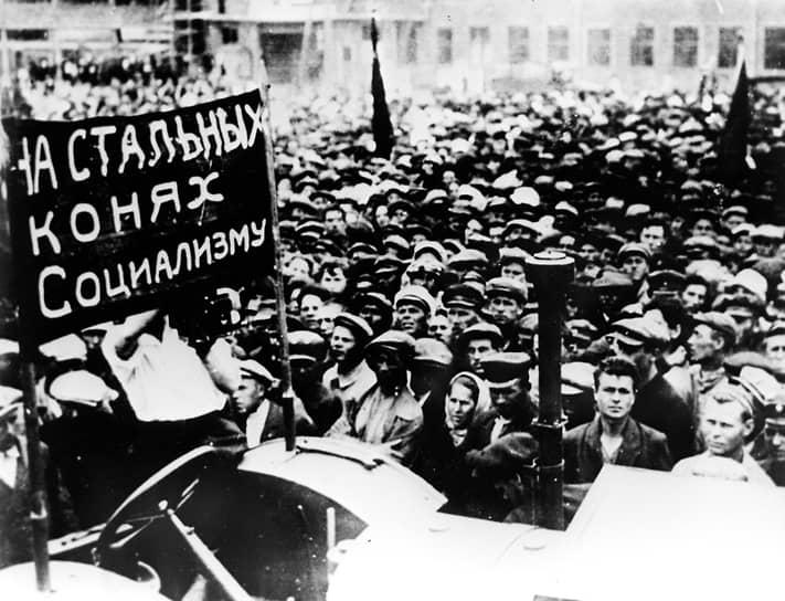12 июля 1926 года на арбузном поле на северной окраине Сталинграда состоялась церемония торжественной закладки будущего тракторного завода. Через неделю умер революционер Феликс Дзержинский, и по просьбам трудящихся его имя было присвоено СТЗ<br> На фото: митинг в Сталинграде, посвященный строительству завода