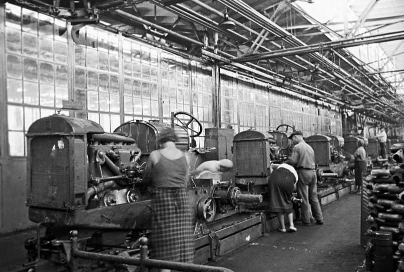 В 1930-х «Правда» регулярно сообщала о небывалых трудовых успехах работников СТЗ, однако Большой террор не обошел завод стороной: репрессированные были в каждом цехе. В 1938 году один за другим были расстреляны сразу несколько директоров Сталинградского тракторного завода