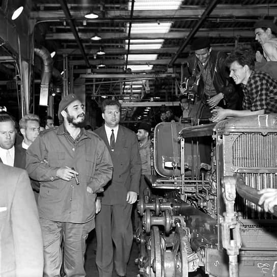 Волгоградский тракторный завод посещали высокопоставленные иностранные политики, его продукция получала золотые медали на выставках, сотрудники награждались орденами<br> На фото: кубинский лидер Фидель Кастро во время посещения Волгоградского тракторного завода в 1963 году