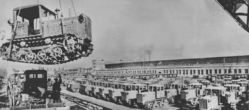 В конце 1940 года на полях СССР работало 530,8 тыс. тракторов. Около половины из них было выпущено в Сталинграде. Но с началом Великой Отечественной войны программа производства тракторов и другой народно-хозяйственной продукции на заводе была отменена