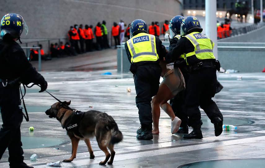 Полицейские задерживают болельщиков перед началом матча. Некоторые пытались прорваться на стадион «Уэмбли» без билетов. После матча полиция сообщила, что во время финала были задержаны 49 человек