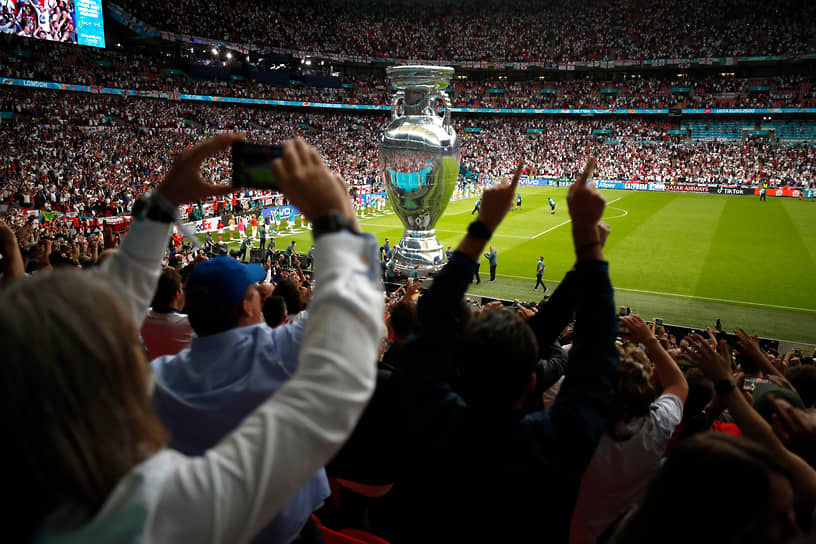 Гигантский макет трофея перед началом матча
