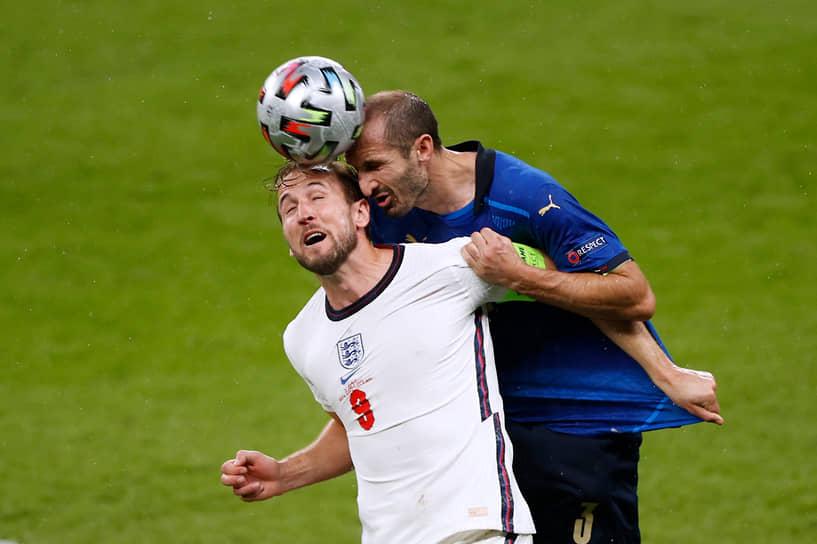 Итальянский защитник Джорджо Кьеллини (справа) и английский нападающий Гарри Кейн