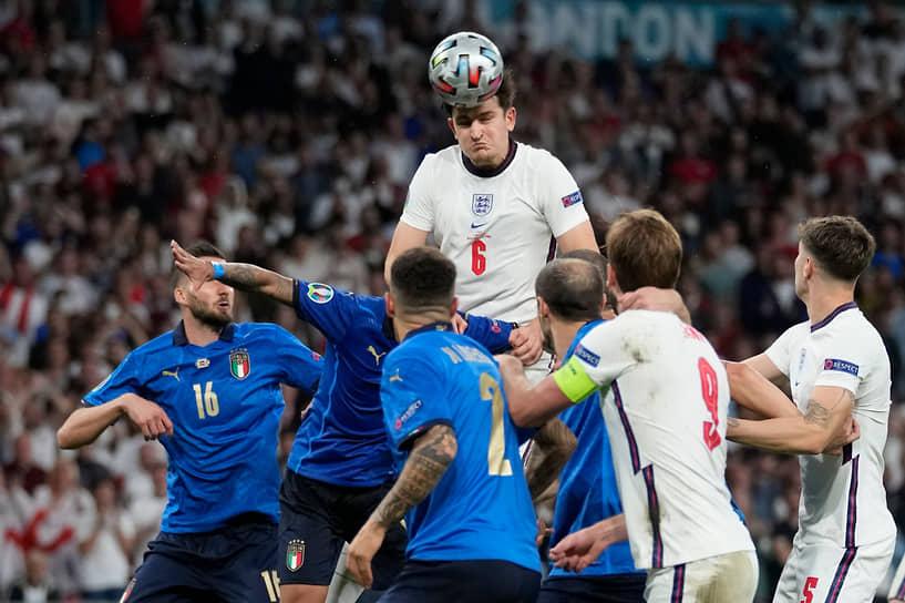 Английский защитник Гарри Магуайр выиграл верховую борьбу за мяч