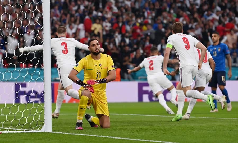 Уже на 2-й минуте матча гол в ворота сборной Италии забил английский защитник Люк Шоу (на фото слева)