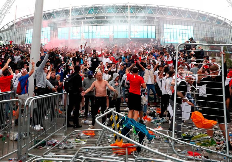 Английские болельщики празднуют гол у стадиона «Уэмбли»