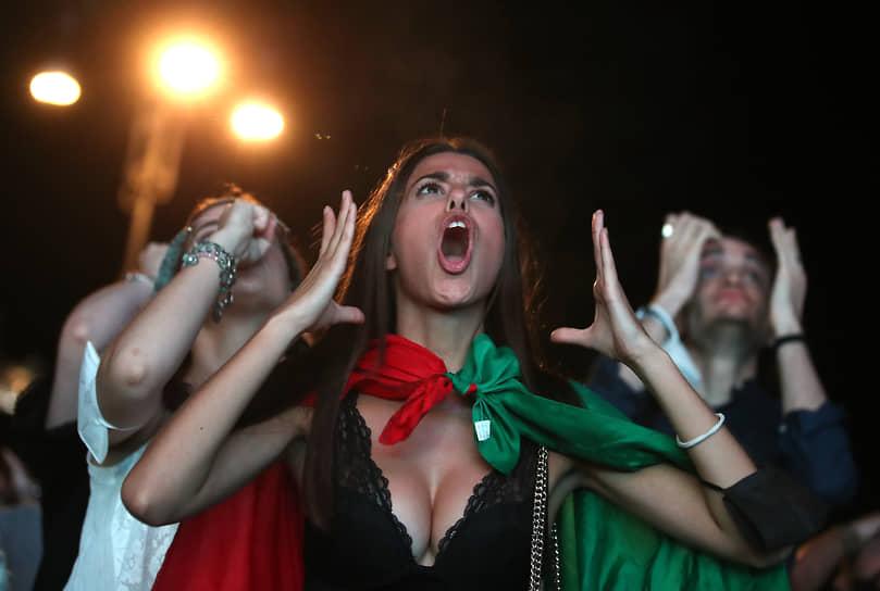 Итальянские болельщики смотрят матч в Риме
