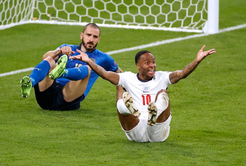 Нападающий сборной Англии Рахим Стерлинг (справа) упал в штрафной итальянцев и призывает арбитра Бьорна Куйперса назначить пенальти