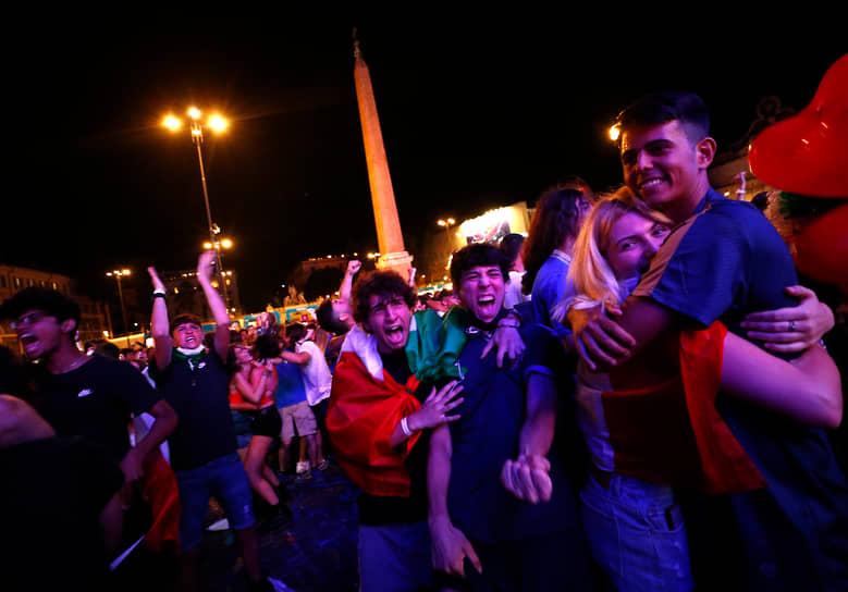 Итальянские болельщики в Риме празднуют гол в ворота сборной Англии