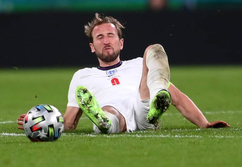 Нападающий сборной Англии Гарри Кейн лежит на газоне