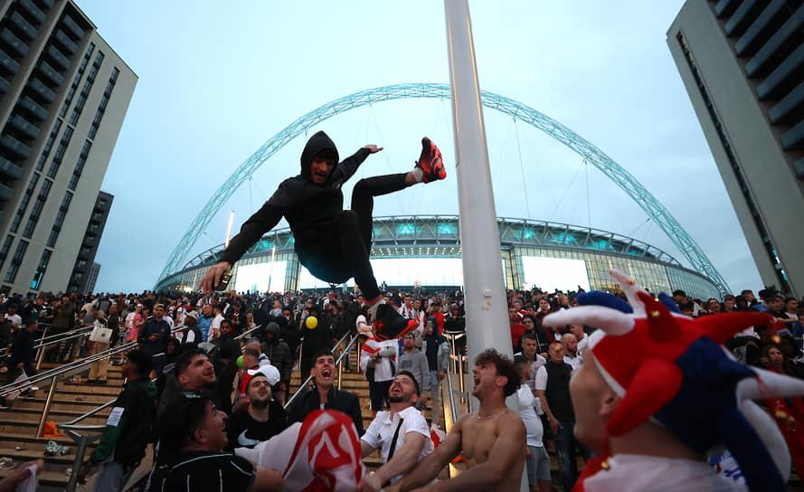 Английские болельщики смотрят матч у стадиона «Уэмбли»