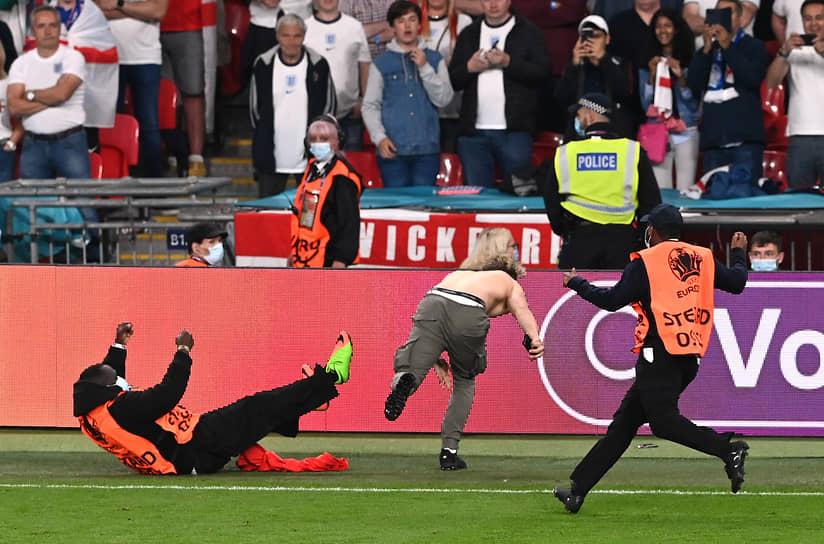 Болельщик выбежал на поле во время матча