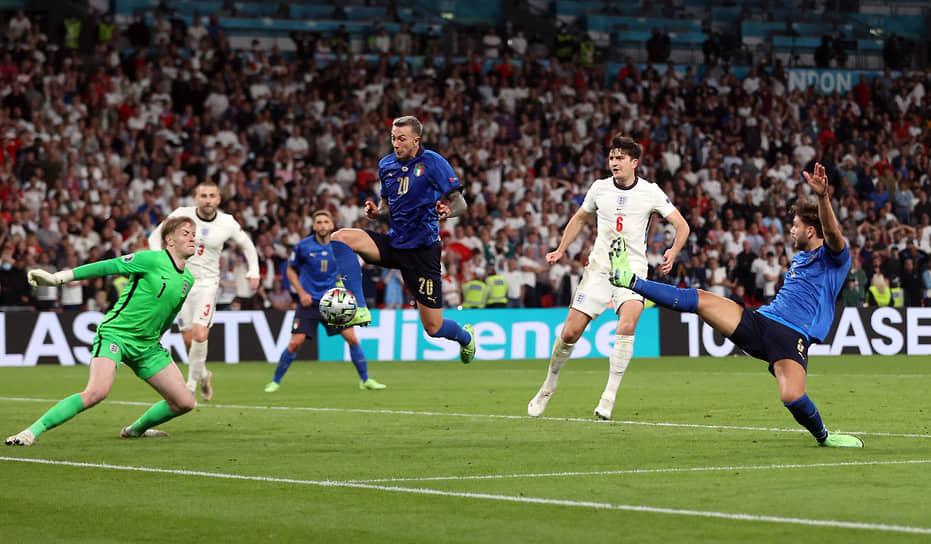 Голкипер сборной Англии Джордан Пикфорд отразил опасный удар итальянского нападающего Федерико Бернардески в дополнительное время
