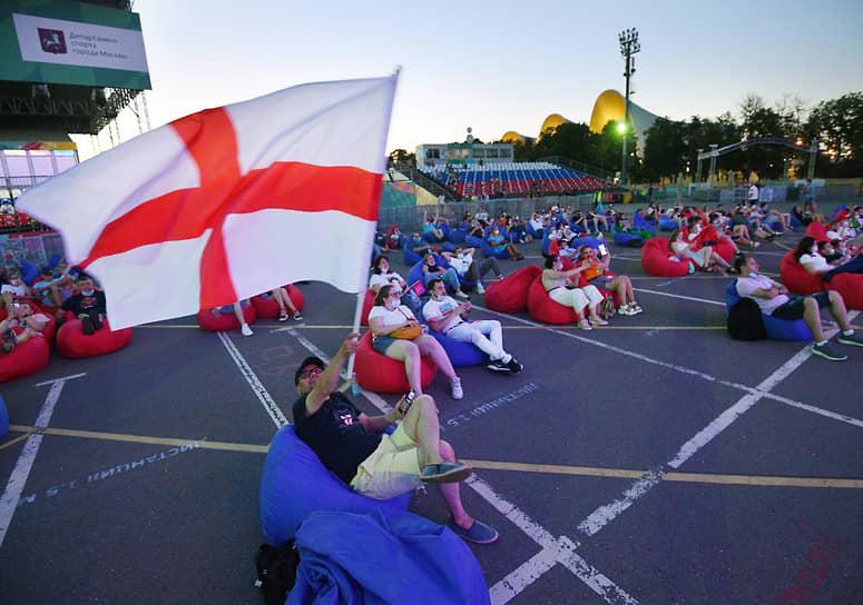 Зрители финального матча чемпионата Европы по футболу в фан-зоне стадиона «Лужники» в Москве
