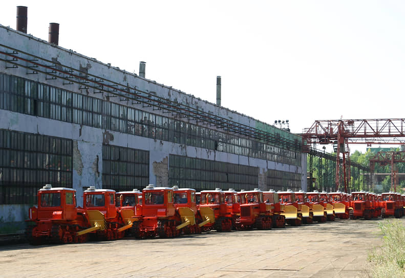 В середине 1990-х Волгоградский тракторный завод освоил производство нового гусеничного трактора ВТ-100 (на фото) и различных модификаций на его базе. В конце 1990-х завод выпускал менее 3 тыс. тракторов в год, объемы производства падали