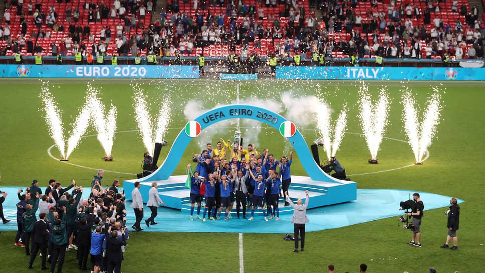 Сборная Италии и ее тренерский штаб с кубком Евро-2020