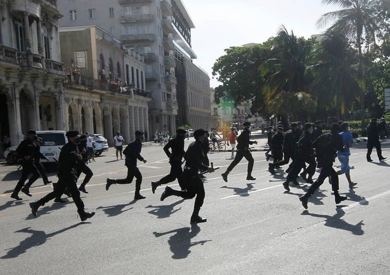 Столкновения между протестующими и полицией происходили в Гаване в районе набережной Малекон. Сообщалось о применении полицейскими слезоточивого газа и дубинок