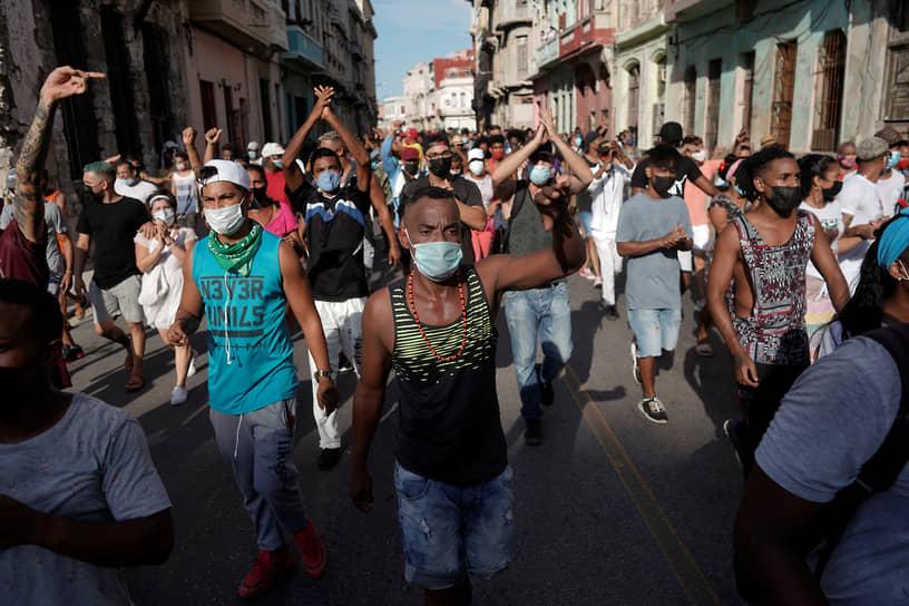 Протестующие во время шествия выкрикивали лозунги «Долой диктатуру!», «Мы не боимся!», «Долой коммунизм!»