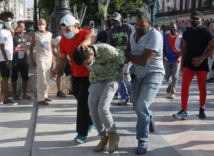 Людей на акциях протеста задерживали в том числе полицейские в гражданском