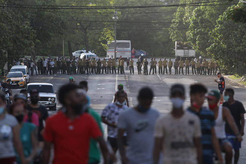 Демонстранты уходят от солдат армии, заблокировавших дорогу во время протестов