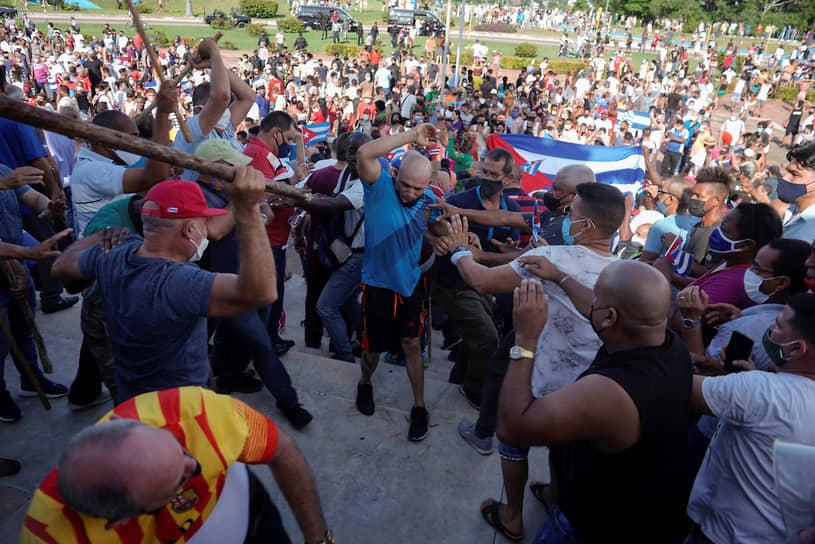 Столкновения протестующих с одетыми в гражданское полицейскими