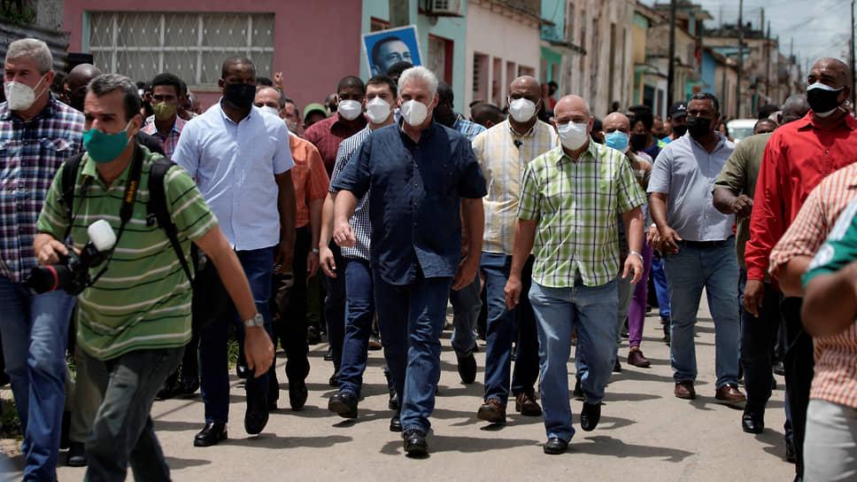 Президент Кубы Мигель Диас-Канель (в центре) на марше в муниципалитете Сан-Антонио-де-лос-Баньос. Глава государства призвал идейных коммунистов показать свою силу и противостоять провокациям «контрреволюционных наемников»