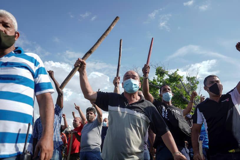 Одетые в гражданское полицейские и сторонники правительства на улицах Гаваны