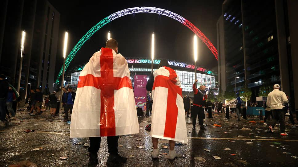 Болельщики сборной Англии около стадиона «Уэмбли» после проигрыша итальянцам