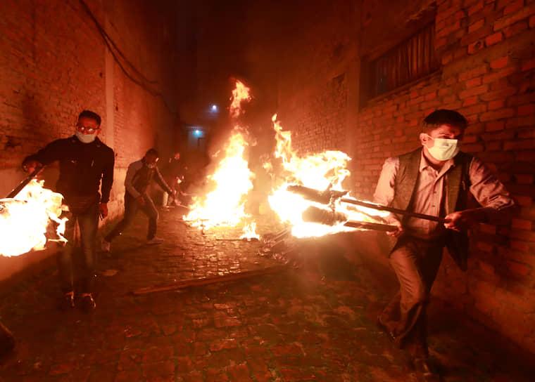 Катманду, Непал. Участники акции протеста с факелами