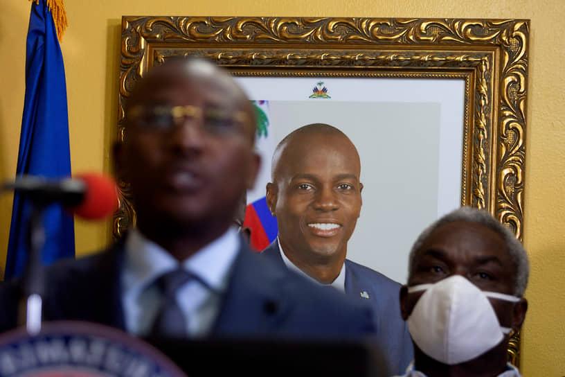 Порт-о-Пренс, Гаити. Исполняющий обязанности президента Гаити Клод Жозеф дает пресс-конференцию на фоне портрета убитого президента страны Жовенеля Моиза