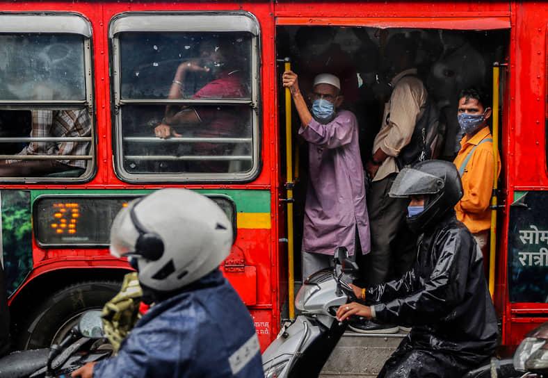 Мумбаи, Индия. Люди едут в переполненном автобусе