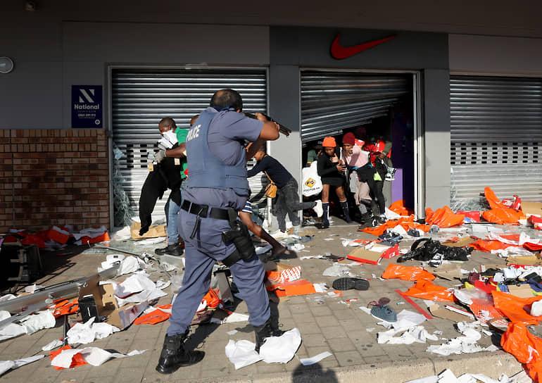 Президент ЮАР Сирил Рамафоса в обращении к нации заявил, что страна пережила за последние несколько дней и ночей акты общественного насилия, которые «редко встречались за всю историю нашей демократии»