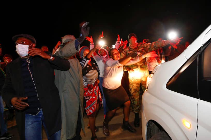 Протестующие поджигают автомобили, шины и бревна, чтобы заблокировать основные шоссе, забрасывают полицию камнями и бутылками, грабят магаизины. На АЗС выстраиваются очереди из-за нехватки бензина. Нападениям подвергались машины скорой помощи и работавшие в местах беспорядков журналисты