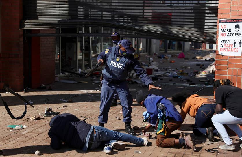 Эпицентрами беспорядков стали провинции Гаутенг (включает самый густонаселенный город Йоханнесбург и Преторию, де-факто являющуюся столицей ЮАР) и Квазулу-Натал (прибрежная провинция, включает портовый город Дурбан)