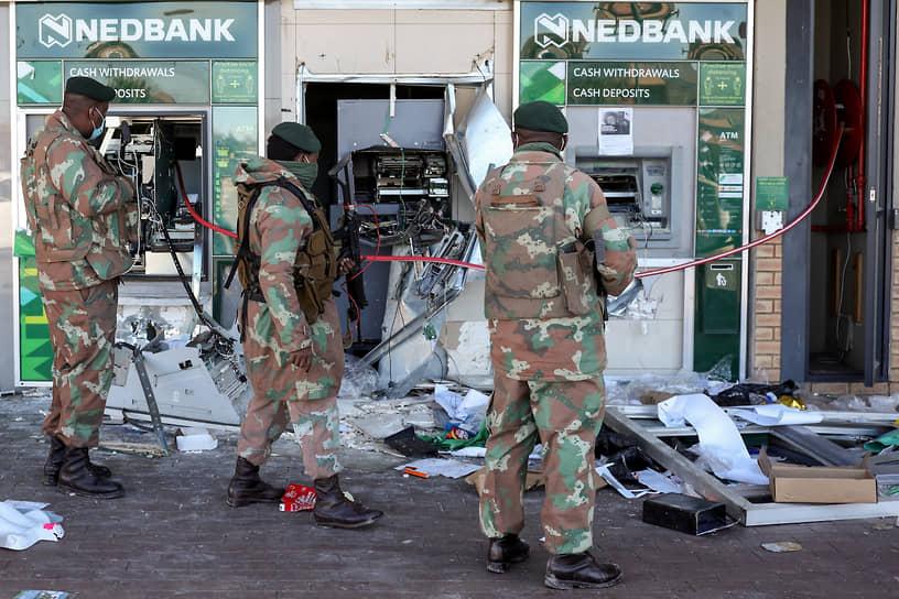 Для оказания помощи полиции власти ввели армейские подразделения провинцию Гаутенг, включающую столицу Преторию и мегаполис Йоханнесбург, а также в провинцию Квазулу-Натал