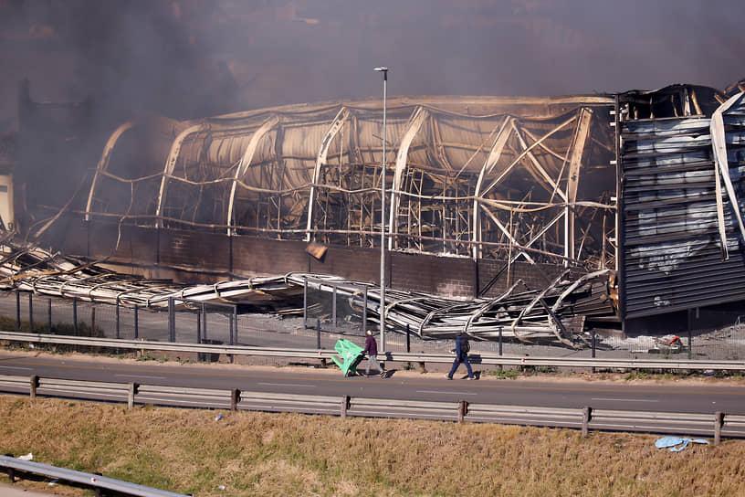 В административном центре провинции Квазулу-Натал — городе Питермарицбург — был подожжен торговый центр (на фото). В пригороде Йоханнесбурга Александре мародеры ворвались в студию местной радиостанции, разгромили ее и забрали всю аппаратуру