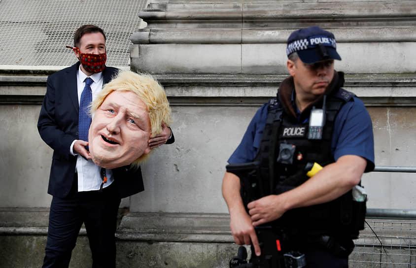 Лондон, Великобритания. Акция «Гринпис» у резиденции премьер-министра Бориса Джонсона