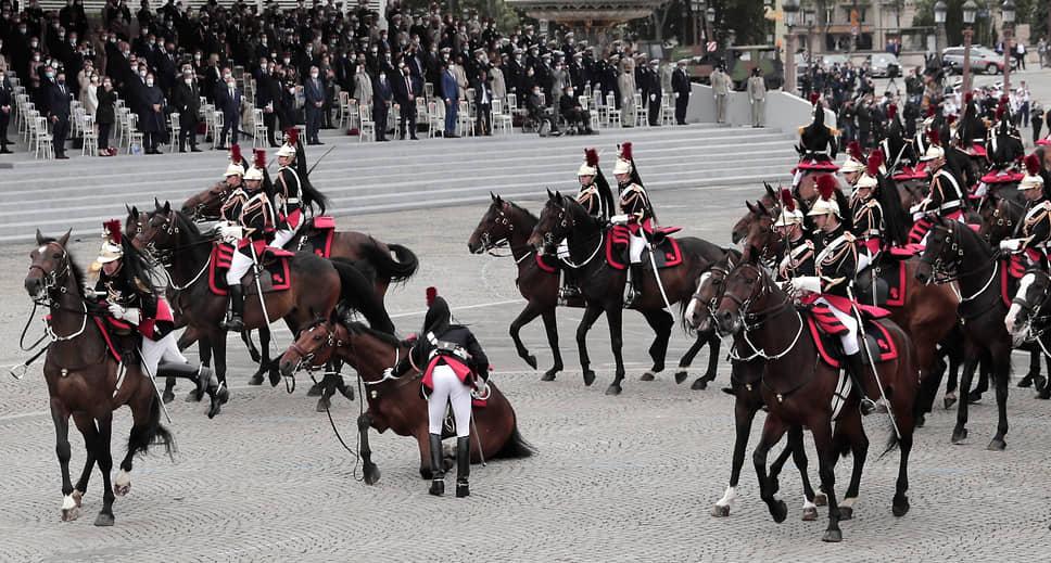 Париж, Франция. Парад в честь Дня взятия Бастилии на Елисейских полях