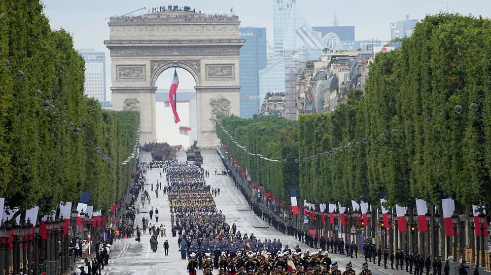 Парад на Елисейских полях в честь национального праздника Дня взятия Бастилии