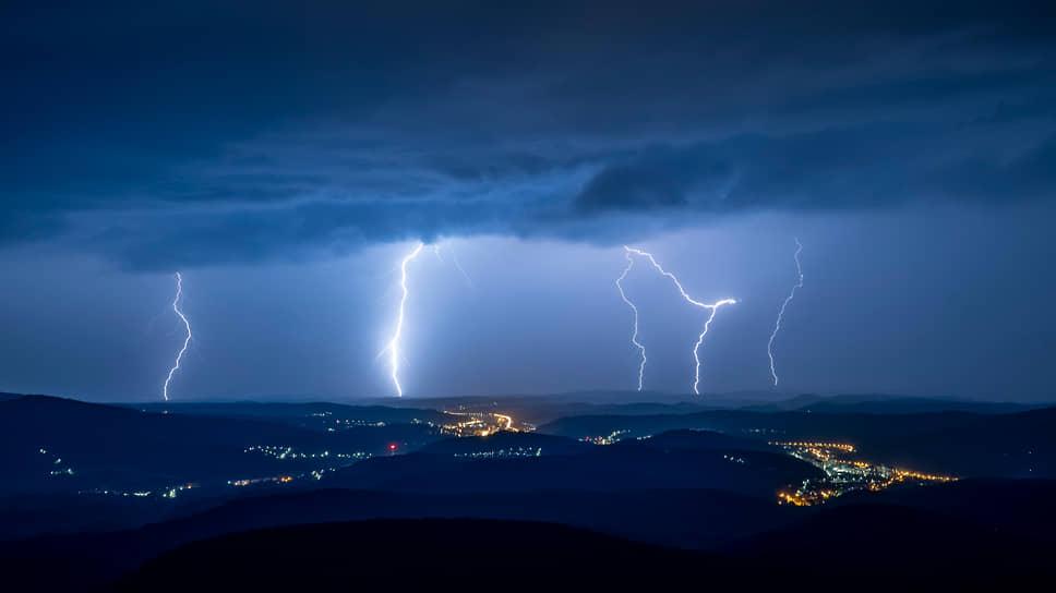Шальготарьян, Венгрия. Молнии в небе над городом