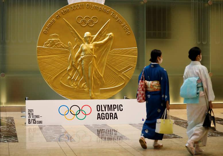 На церемонии награждения также запрещены рукопожатия и объятия <br>На фото: увеличенная копия медали Олимпийских игр в Токио