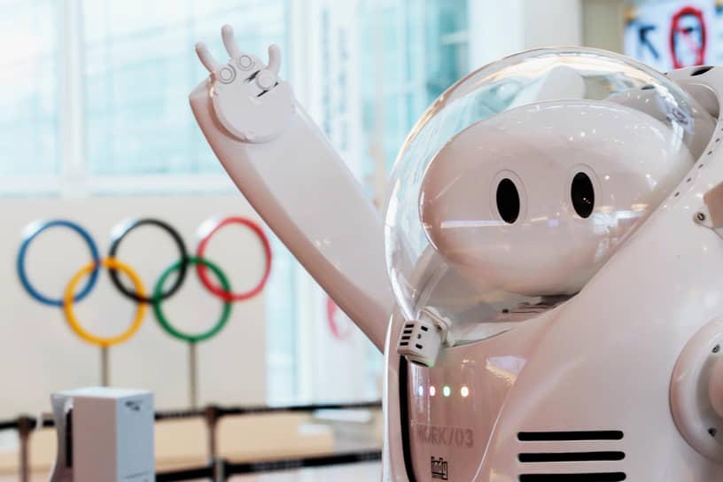 Робот у информационного стола в аэропорту Токио