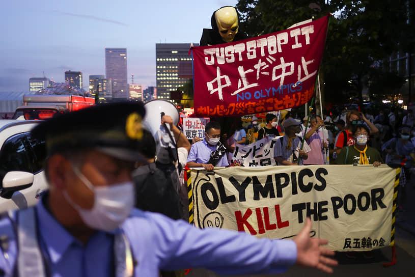 На фоне эпидемической ситуации в стране проходят акции протеста. По данным опроса, проведенного изданием Yomiuri Shimbun в мае 2021 года, 59% жителей выступали против проведения Олимпиады