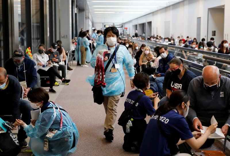 В отеле, где разместились бразильские спортсмены, сразу семь его работников сдали положительные тесты на коронавирус <br>На фото: подготовка к тестированию на коронавирус в аэропорту