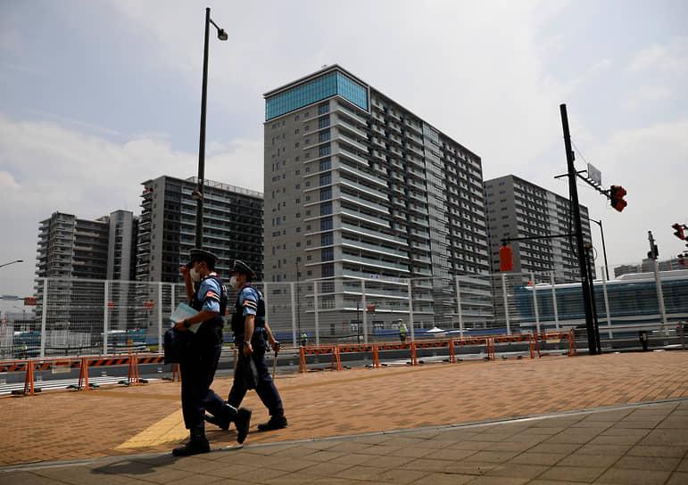Накануне оргкомитет Игр-2020 принял решение ввести запрет на посещение болельщиками соревнований в Токио  <br>На фото: патруль полицейских в олимпийской деревне