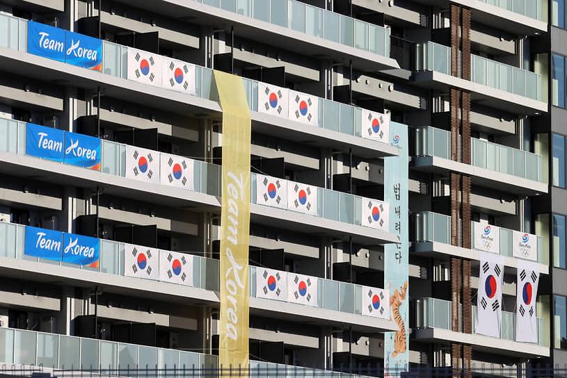 18 июля Олимпийский комитет Южной Кореи дал указание своим спортсменам не есть продукты из японской префектуры Фукусима, где десять лет назад произошла катастрофа на АЭС. Для спортсменов будут готовить отдельную еду в отеле, расположенном неподалеку от Олимпийской деревни. Там будут работать 24 южнокорейских повара