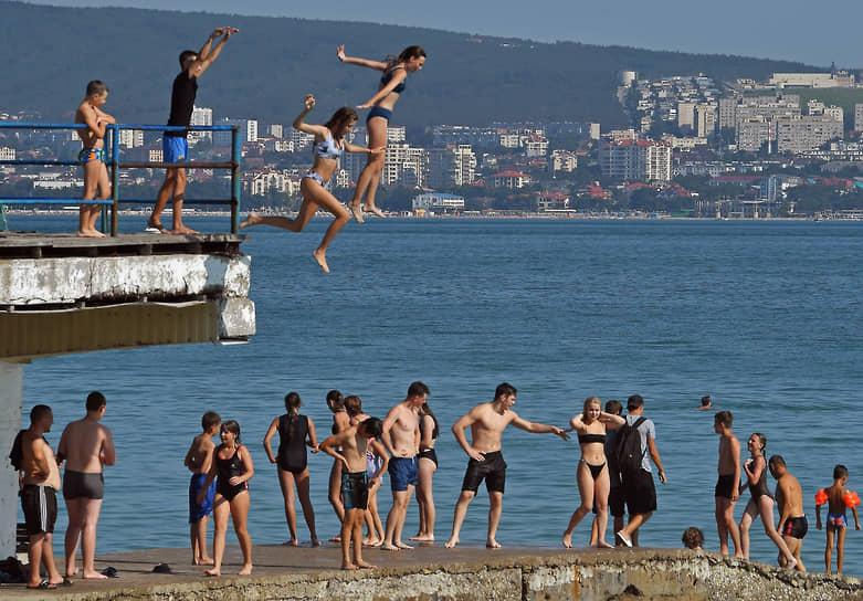 Геленджик, Россия. Отдыхающие прыгают в море в Краснодарском крае