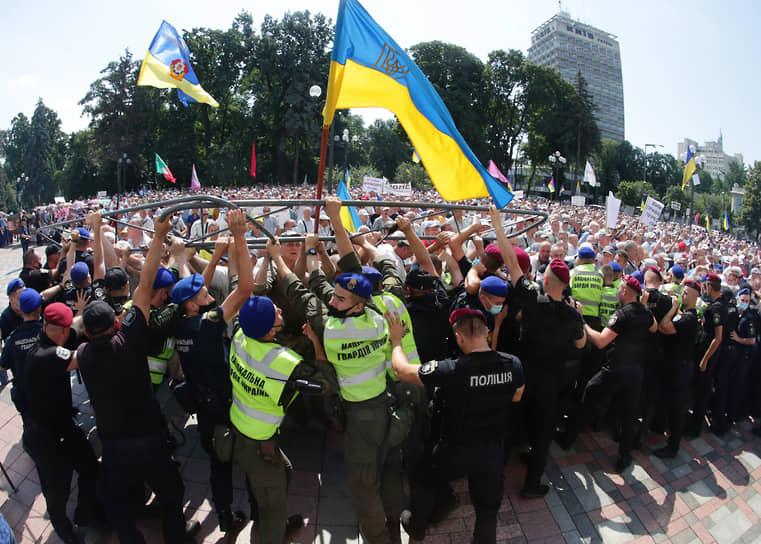 Киев, Украина. Митинг пенсионеров-силовиков у здания Верховной рады