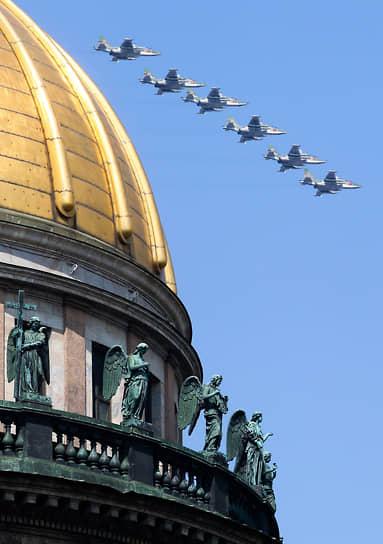 Санкт-Петербург. Самолеты над Исаакиевским собором во время репетиции воздушной части парада, посвященного Дню ВМФ